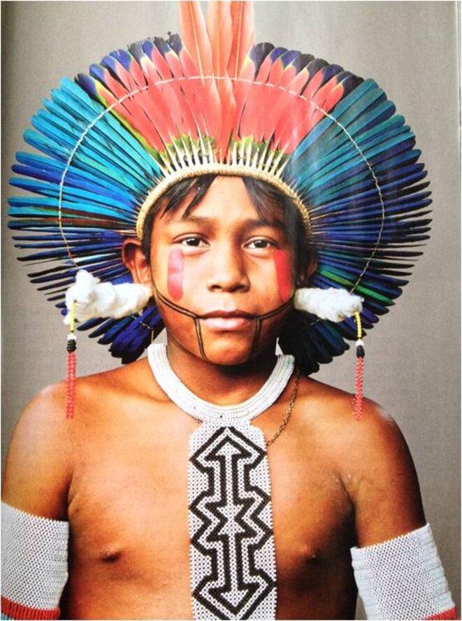 """Beprô, Indien kayapo portant les perles et les boucles d'oreilles emmaillotées de coton que les garçons reçoivent avec leur nom © Martin Schoeller pour le """"National Geographic"""""""