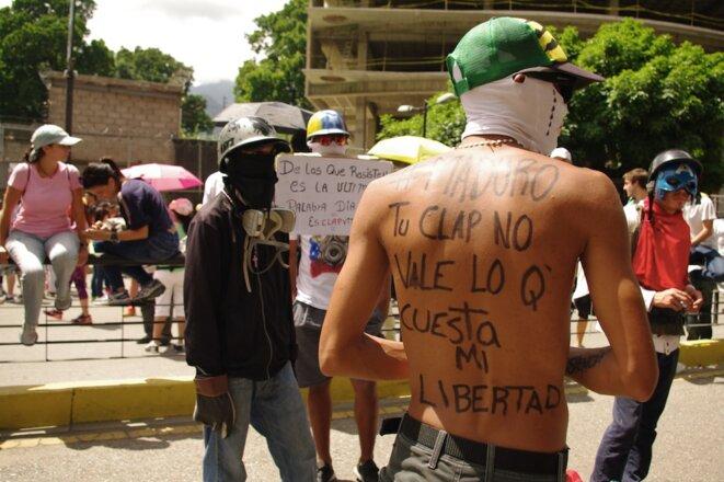 Sur le dos du manifestant : « Maduro, ton Clap ne vaut pas ma liberté » © JBM