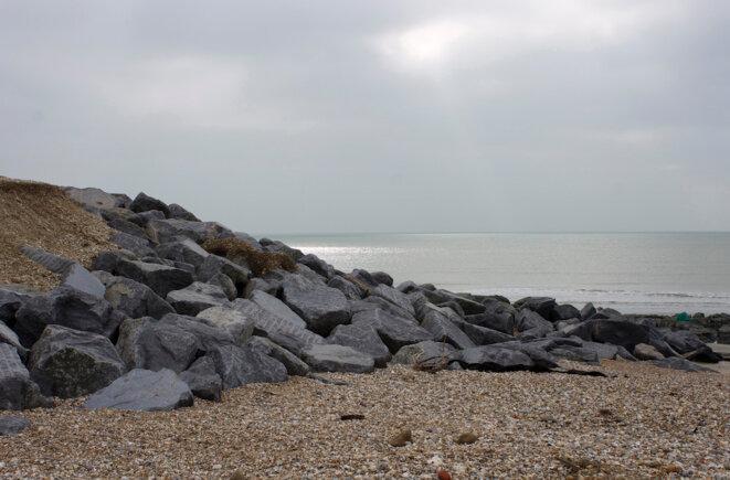 Des blocs de granit à Medmerry, au sud-ouest de Londres. © Reuters