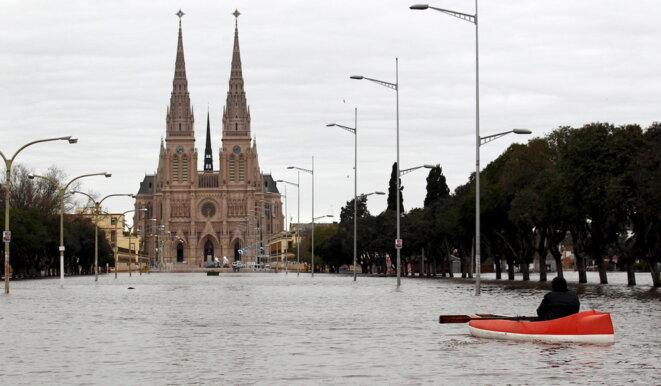 Des inondations à Lujan, au nord-ouest de Buenos Aires, en 2015. © Reuters