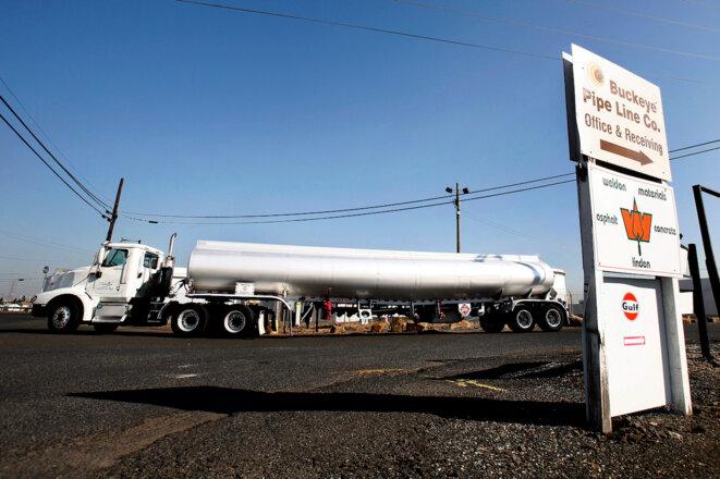 Un camion-citerne quitte une raffinerie de Linden, dans le New Jersey. © Reuters