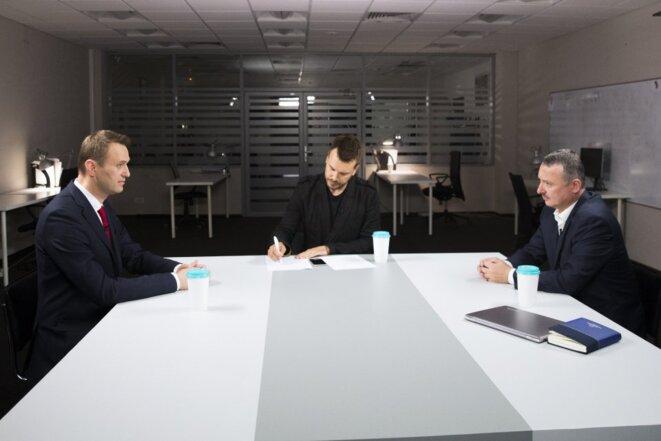 Le débat entre Navalny (à gauche) et Strelkov (droite) a eu lieu à Moscou le 20 juillet dans les locaux de campagne d'Alexeï Navalny. Image Navalny campaign.