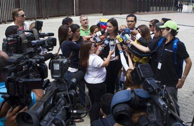 Scène de la vie quotidienne sous la dictature bolivarienne: la dirigeante d'extrême-droite Maria Corina Machado, impliquée dans plusieurs tentatives de coup d'État depuis 2002, explique aux médias « bâillonnés » qu'il n'y a pas de liberté au Venezuela. © Photo tirée de l'article de Thierry Deronne
