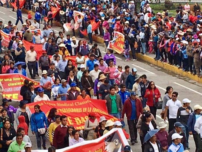 Maestros marchan en la Plaza de Armas de Huamanga, 27/07/2017 © Anouk Guiné