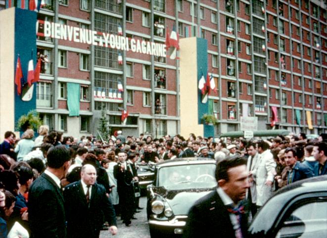 Youri Gagarine acclamé par les habitants ... de la Cité Gagarine, Ivry 1963.