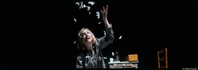 Au théâtre des Halles, Frédérique Keddari-Devisme nous plonge au cœur de l'alcoolisme dans A 90 degrés © Frédéric Benoist