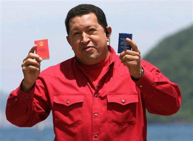 Chavez tenant la constitution de 1999 (droite) et la nouvelle (gauche) si la réforme constitutionnelle est approuvée © AFP