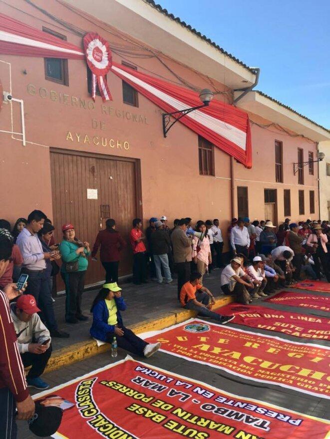 Maestros frente a la sede del Gobierno Regional de Ayacucho