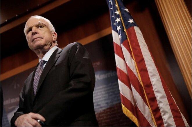 Le sénateur John McCain, le 27 juillet 2017, durant une conférence de presse expliquant son vote. © REUTERS/Aaron P. Bernstein