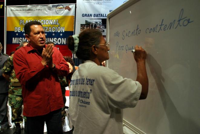 Hugo Chavez en 2003 lors d'une cérémonie de remise de diplômes dans le cadre de la mission d'alphabétisation Robinson © Maiquel Torcatt NVENPRES