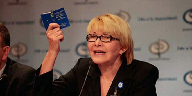 La procureure générale Luisa Ortega brandissant la constitution © DR