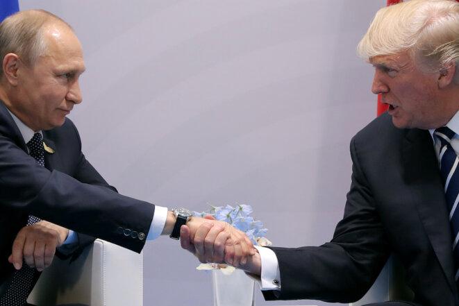 La poignée de main entre Poutine et Trump lors du G20 de Hambourg en juillet 2017. © Reuters
