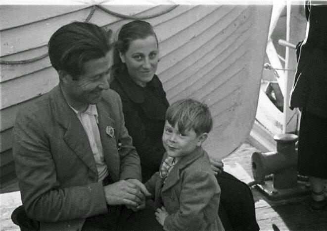 RÉFUGIÉS ESPAGNOLS DANS LE BATEAU WINNIPEG DANS LE PORT DE TROMPELOUP PRÈS DE BORDEAUX, 1939 © PHOTO IONE ROBINSON