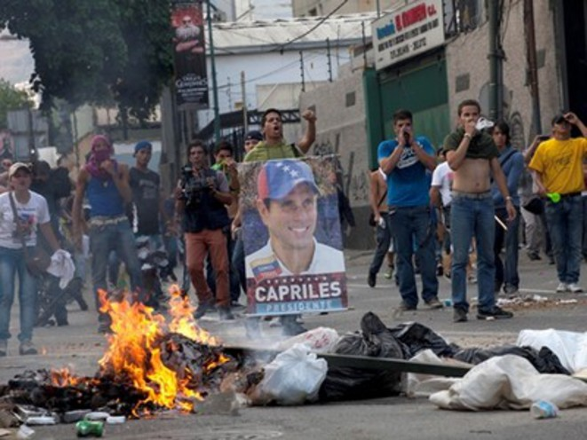 Groupes violents d'opposition brandissant le portrait de Capriles après l'élection de Maduro