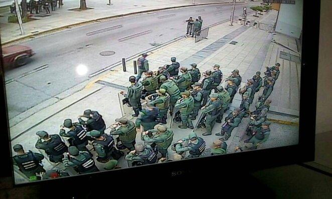 Les effectifs de la Garde nationale bolivarienne ont bloqué les accès du ministère public © DR
