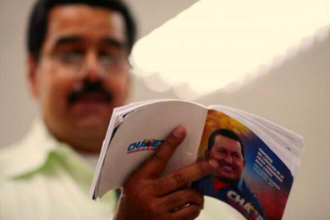 Nicolas Maduro lisant le Plan de la Patrie en 2013