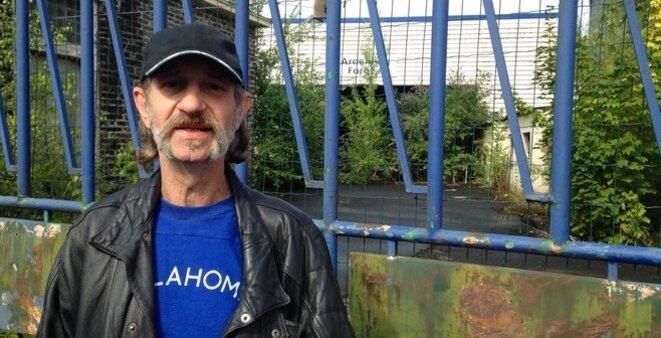 Jean-Michel Prusinowski devant l'usine où il a été conducteur de fours pendant 33 ans. © C.A.