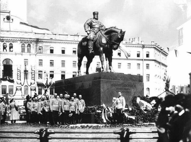 Statue équestre d'Alexandre III réalisée par Pavel Troubetskoï et inaugurée en 1909, place Znamenskaïa, Saint-Pétersbourg.