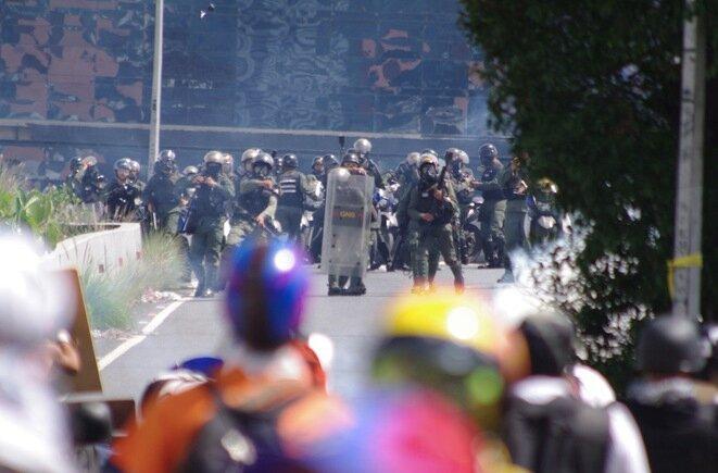 Enfrentamiento entre opositores y la Guardia Nacional, durante la « marcha contra la dictadura ». © JBM