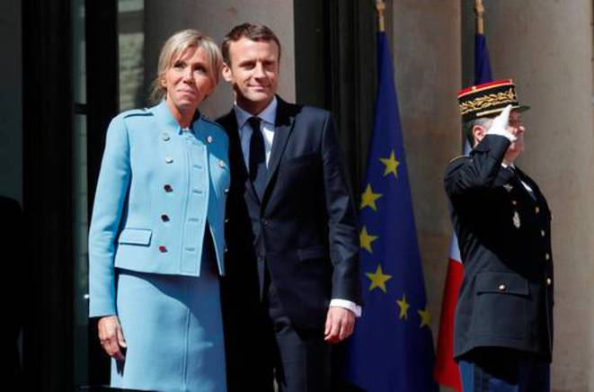Brigitte and Emmanuel Macron on the steps of the Elysée Palace. © Reuters