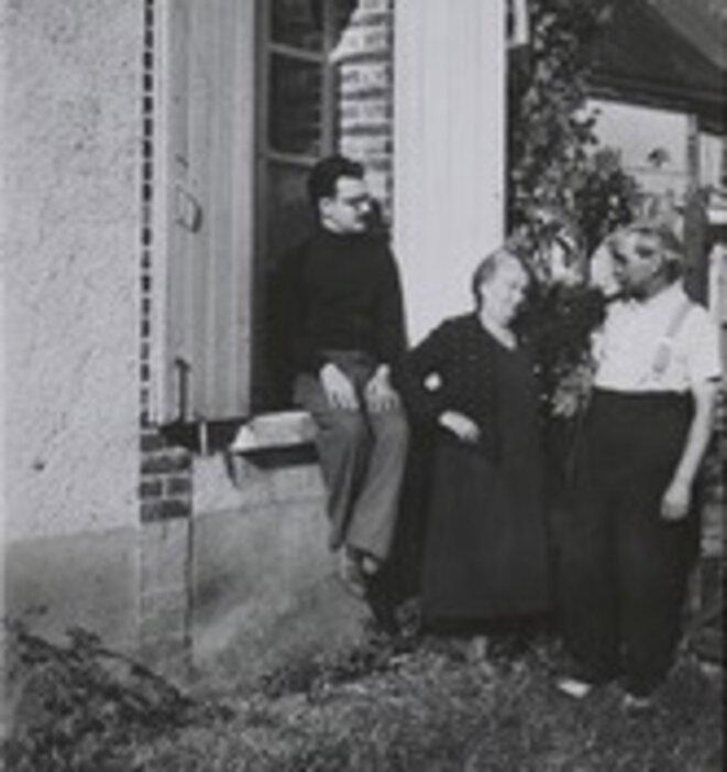 Henri Calet avec ses parents, dans les années 1930 © Bibliothèque littéraire Jacques Doucet