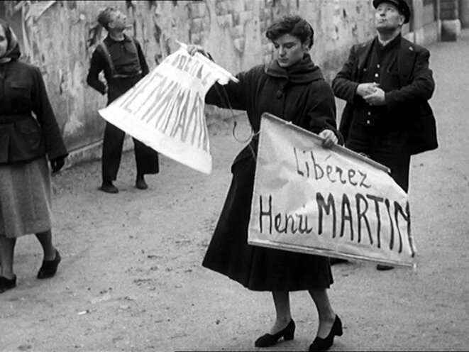 Mobilisation pour la libération d'Henri Martin, photogramme extrait de D'autres sont seuls au monde (1952)