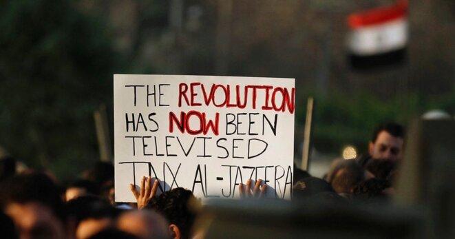 « La révolution a maintenant été télévisée. Merci Al Jazeera ! » Pancarte d'un manifestant durant la révolution égyptienne en février 2011. © Reuters