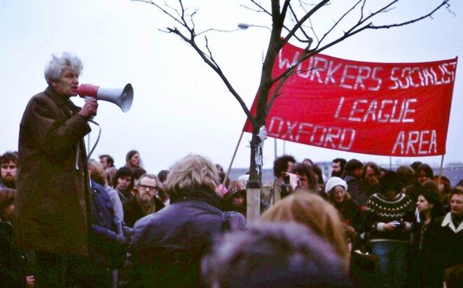 E. P. Thompson s'adressant à un rassemblement contre les armes nucléaires à Oxford en 1980. © Kim Traynor. Source: Wikimedia Commons.
