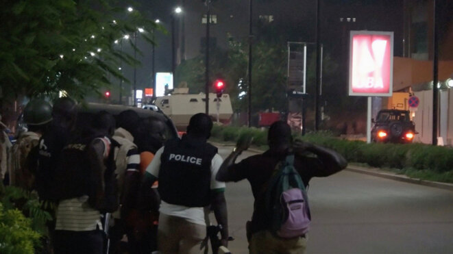 Des policiers burkinabés lors de l'assaut dans la nuit du 13 au 14 août à Ouagadougou. © Reuters