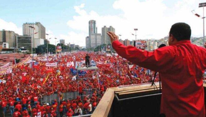 """L'Avenue Bolivar à Caracas, lors d'un discours de Chavez de trois heures pour le """"non"""" au référendum révocatoire, le 9 août 2004"""
