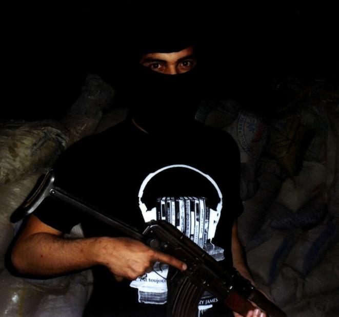 Portrait cagoulé du sniper français qui faisait office de garde du corps d'Abou Obeida © DR