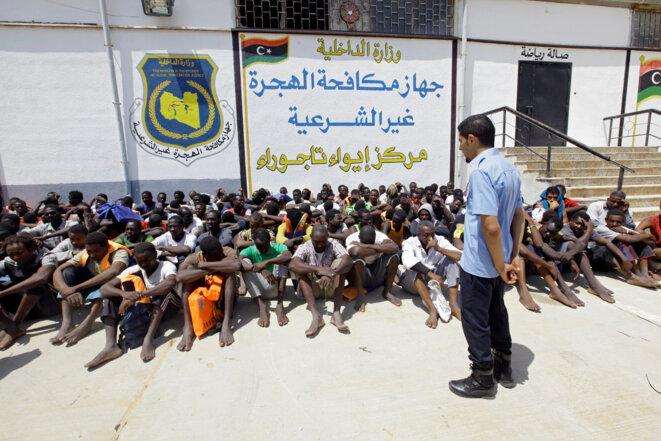 """Des migrants dans un centre """"officiel"""" de détention à Tajoura, en Libye, le 6 août 2017 © Reuters"""