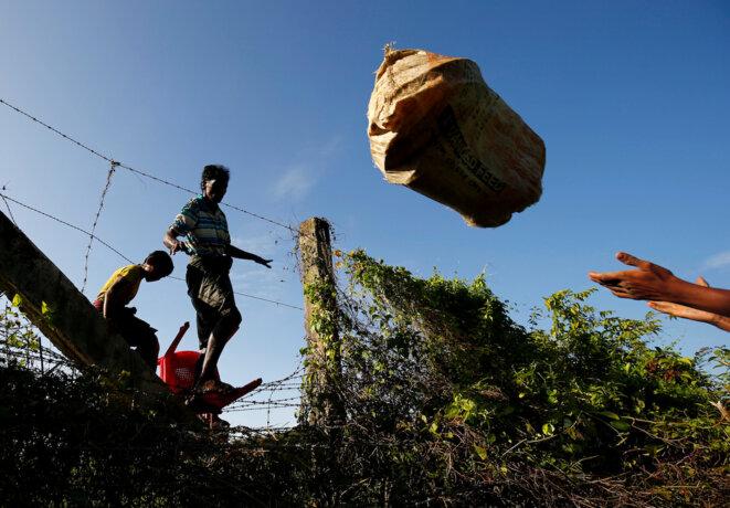 Des Rohingyas franchissent la frontière entre la Birmanie et le Bangladesh, le 29 août 2017. © Reuters
