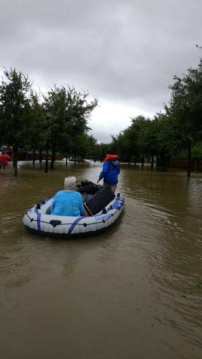 Ying se porte volontaire pour secourir les sinistrés - photo Politicoboy