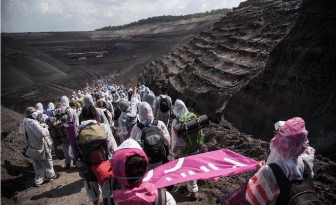 Activistas de Ende Gelände entrando en una mina de Welsow Süd, en Lusace, el 13 de mayo de 2016. © Eros Sana