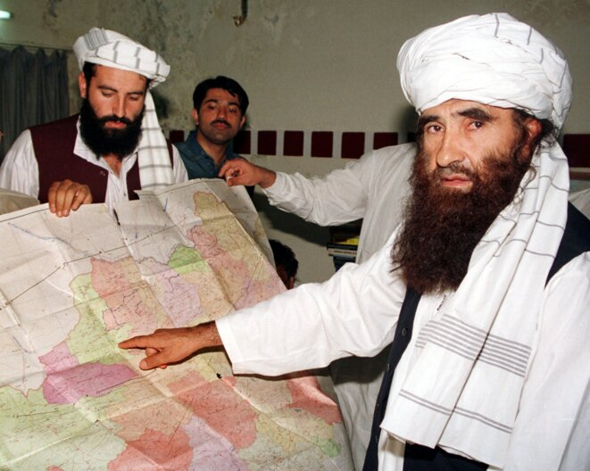 Jalaluddin Haqqani (à droite), et son fils Naziruddin, en visite à Islamabad (Pakistan), le 19 octobre 2001 © Reuters