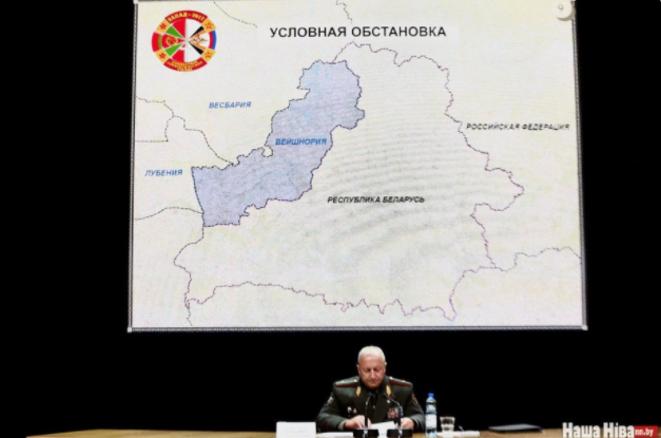 Le chef de l'état-major général de l'armée biélorusse Oleg Belokonev le 29 août au palais de Minsk de la République tient un exposé sur l'exercice biélorusse-russe « Zapad-2017 ».