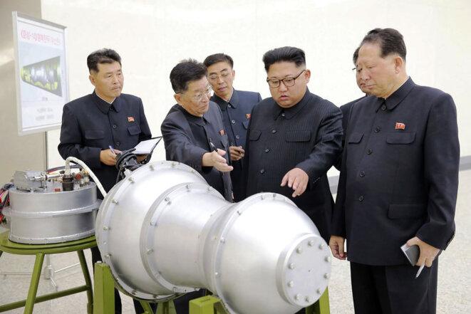Kim Jong-un, au centre, inspecte ce qui est présenté par le régime comme une bombe H pouvant être montée sur un missile. © Korean central news agency