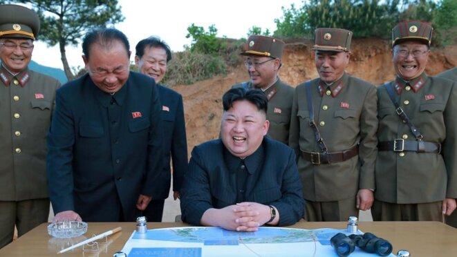 Kim Jong-un ne boude pas son plaisir devant une carte retraçant le tir d'un missile longue portée en mars dernier. Photo de l'agence nord-coréenne. © Korean Central News Agency