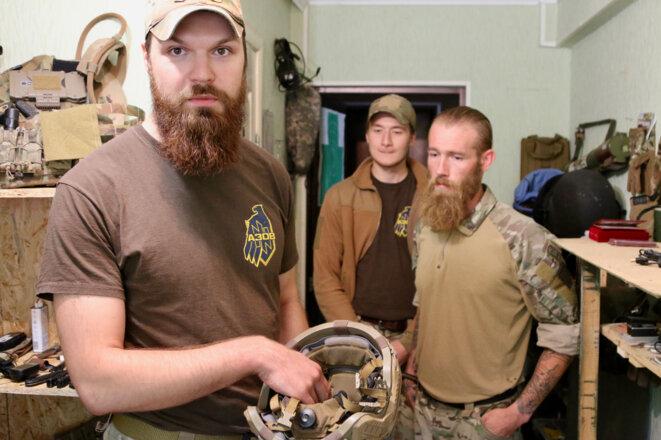 Gandolf, à gauche, et Chris Garrett, à droite, montrent certains des équipements militaires qu'ils ont dû payer eux-mêmes.