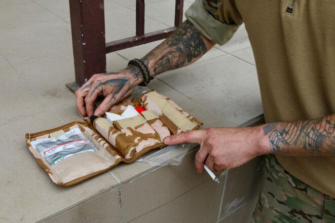 Chris Garrett veut fournir à chaque soldat d'Azov un kit de déminage personnel comme celui-ci.