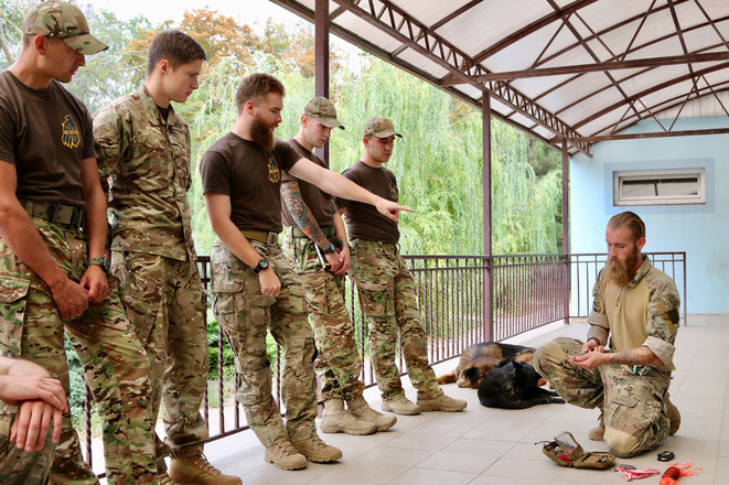 « Un peu d'entraînement peut accroître de façon exponentielle la capacité de survie d'un soldat », affirme Chris Garrett, un vétéran de l'armée britannique.
