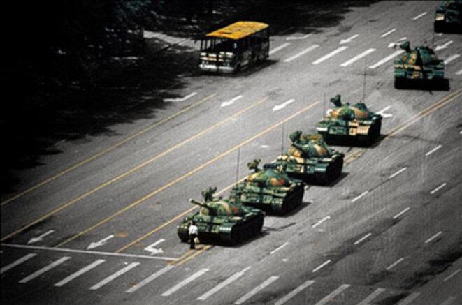 1984 Homme seul face à un peloton de chars en Chine à Pékin