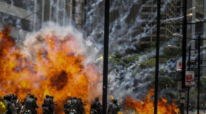 Le jours du vote, une bombe incendiaire artisanale explose au passage d'un convoi policier motorisé, blessant quatre agents © EPA/MaxPPP