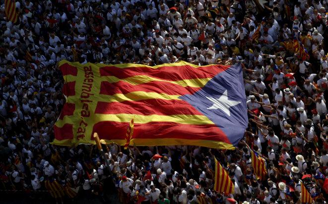 Un drapeau géant de la Catalogne, lors de la « Diada » en 2016 © Reuters / Albert Gea