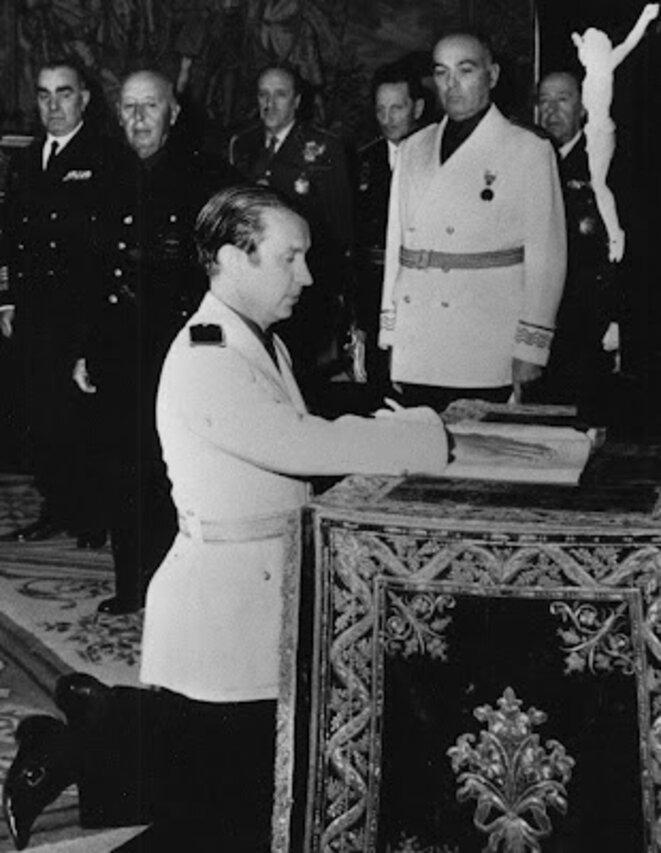 Samaranch prêtant fidélité à et devant Franco en 1967.