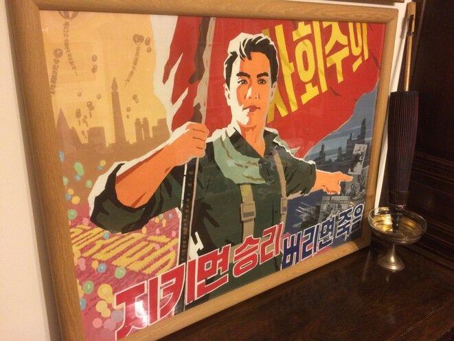 Fresco de propaganda adquirido clandestinamente (por 20 dólares) en Pyongyang, en abril del año 2000, traído a París: a la izquierda, el paraíso norcoreano; a la derecha, el infierno yaqui. © A.P.