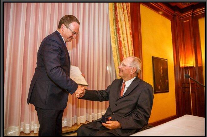 f6841daf7f Wolfgang Schäuble reçoit de Lars Feld la médaille Walter-Eucken © Institut  ...