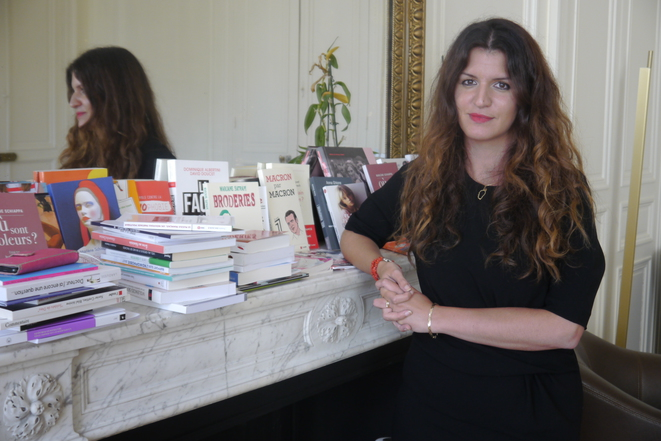 Marlène Schiappa devant une partie de la bibliothèque de son bureau © L.F.