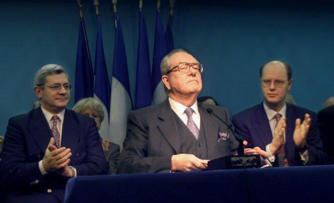 Le 11 décembre 1998, en pleine scission avec les mégrétistes, Jean-Marie Le Pen donne une conférence de presse, entouré de deux de ses fidèles lieutenants, Bruno Gollnisch et Carl Lang. © Reuters